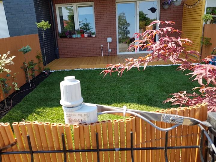 Mały ogródek z tarasem