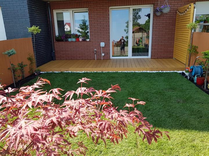 Ogródek z tarasem z modrzewia