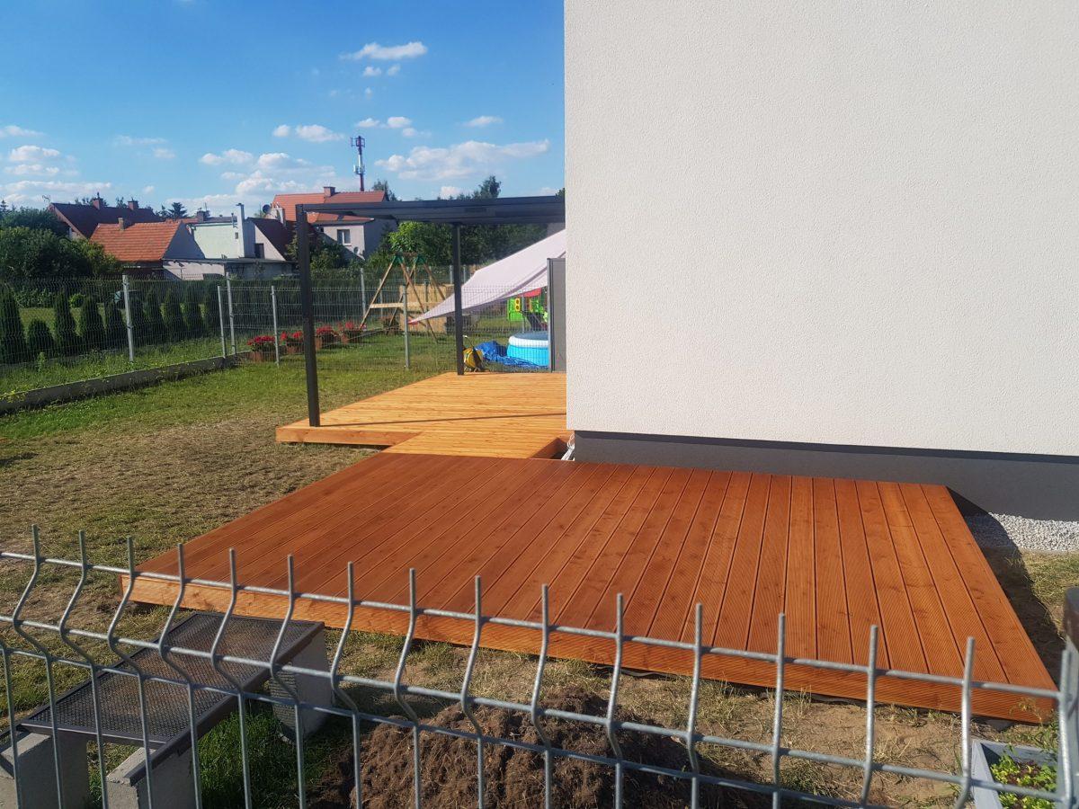 Drewniany taras z modrzewia