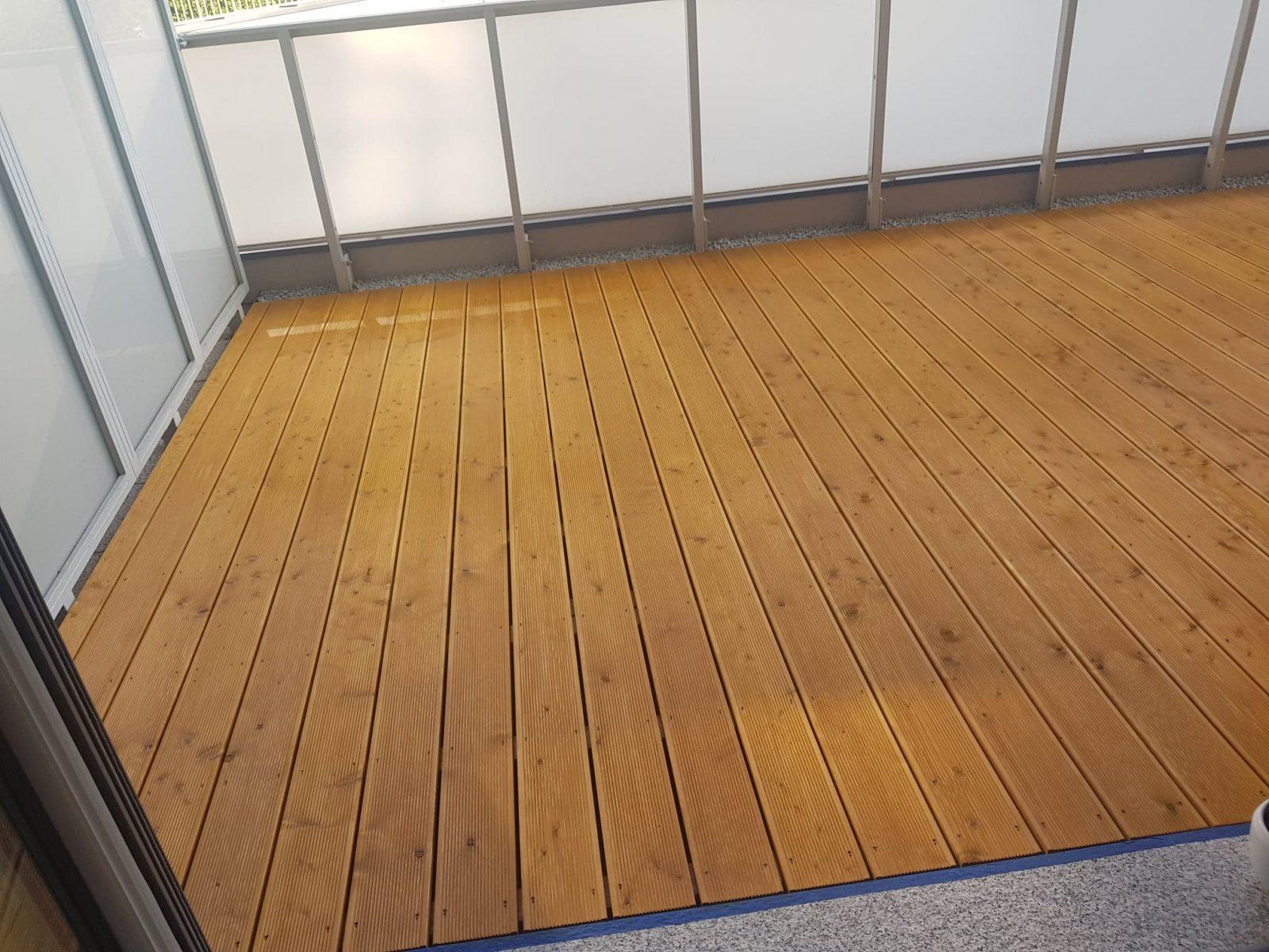 Taras drewniany na balkonie