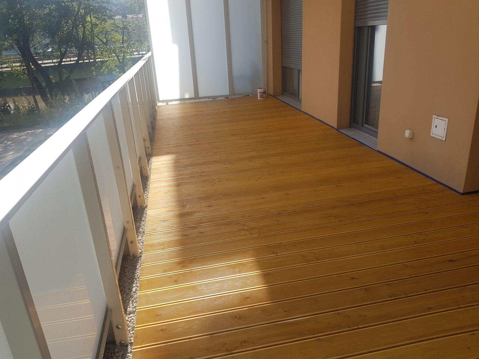Taras drewniany na balkonie w bloku
