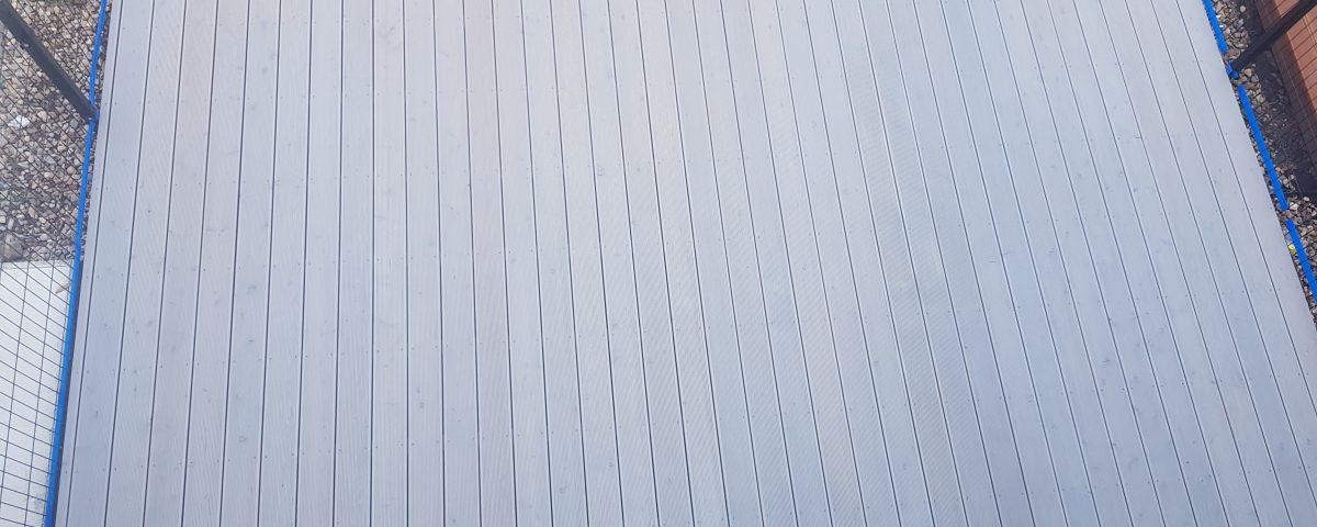 Szary taras drewniany z modrzewia